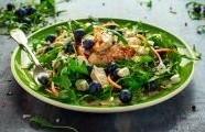 Grilovaný kuřecí salát se sezónním ovocem