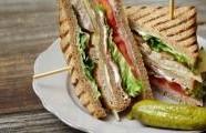 Krůtí sendvič s vepřovou šunkou a sýrem