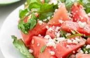 Melounový salát s kozím sýrem