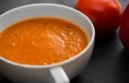 Rajčatová polévka s červenými paprikami
