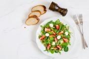 Špenátový salát s jahodami, chřestem a mozzarelou