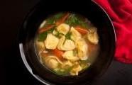 Zeleninová polévka s tortellini a bílými fazolemi
